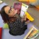 Nena llegint la revista Namaka